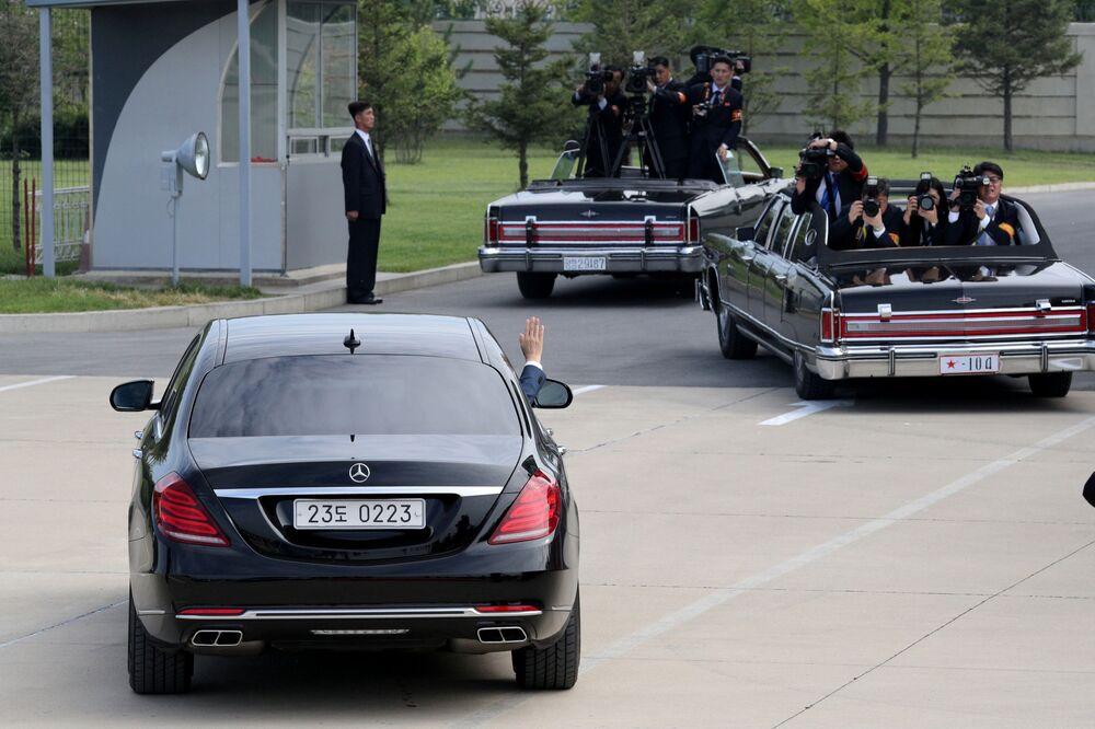 Przywódca Korei Południowej odjeżdża swoim samochodem po ceremonii powitalnej w Pjongjangu
