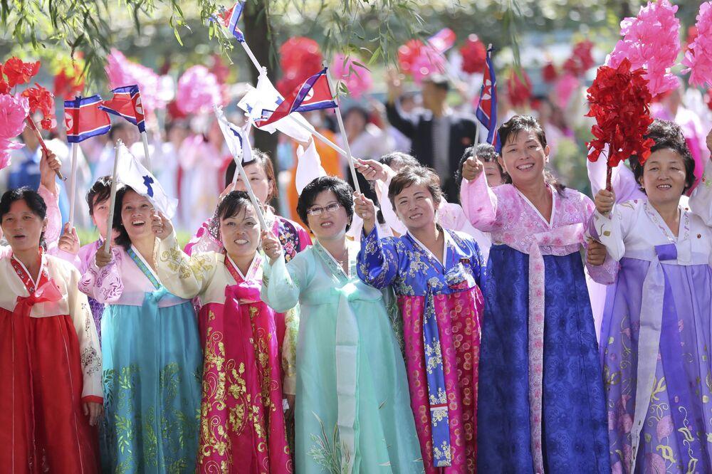 Mieszkańcy Pjongjangu witają prezydenta Korei Południowej