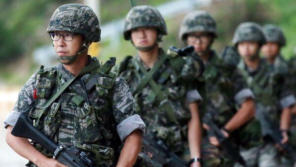 Żołnierze południowokoreańskiej piechoty morskiej patrolują terytorium wyspy Yeonpyeong w pobliżu spornego akwenu Morza Żółtego - Sputnik Polska
