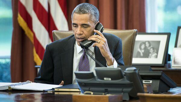 Prezydent USA Barack Obama rozmawia przez telefon w swoim gabinecie w Białym Domu - Sputnik Polska