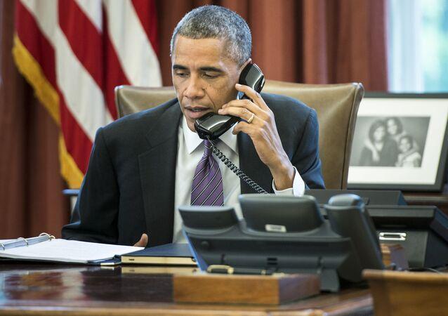 Prezydent USA Barack Obama rozmawia przez telefon w swoim gabinecie w Białym Domu