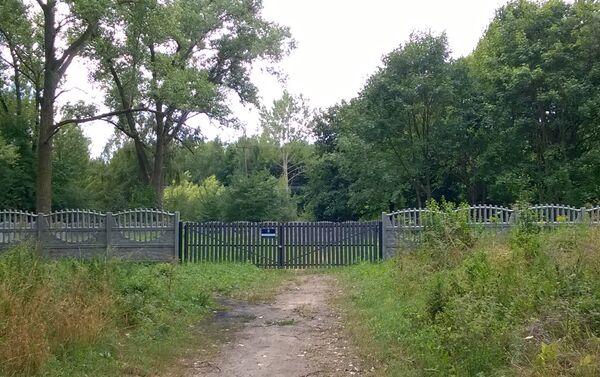Miesce odnalezionych mogił zbiorowych jeńców radzieckicj jest ogrodzone - Sputnik Polska