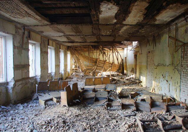 Zniszczony budynek w mieście Perwomajsk w obwodzie ługańskim