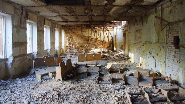 Zniszczony budynek w mieście Perwomajsk w obwodzie ługańskim - Sputnik Polska