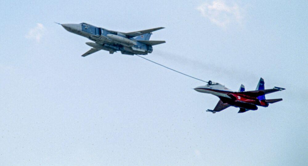 Rosyjski bombowiec Su-24 dotankowuje w powietrzu myśliwiec Su-27
