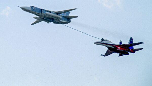 Rosyjski bombowiec Su-24 dotankowuje w powietrzu myśliwiec Su-27 - Sputnik Polska