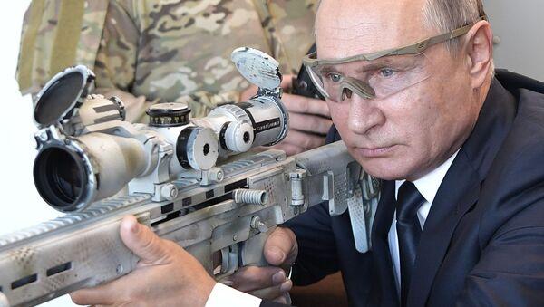 Władimir Putin wypróbował najnowszy karabin snajperski - Sputnik Polska