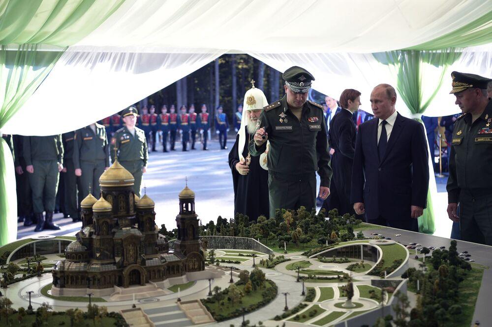 Władimir Putin ogląda makietę świątyni, która będzie wybudowana na terytorium parku Sił Zbrojnych Federacji Rosyjskiej Patriot