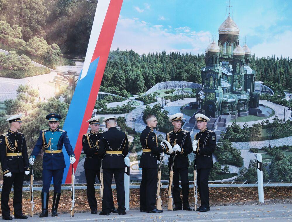 Żołnierze przed rozpoczęciem ceremonii poświęcenia kamienia węgielnego świątyni Sił Zbrojnych Federacji Rosyjskiej