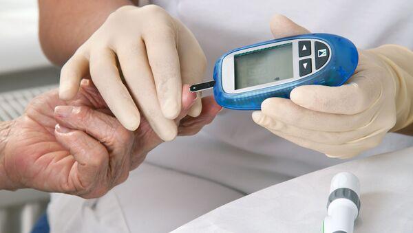 Lekarz mierzy poziom cukru we krwi - Sputnik Polska
