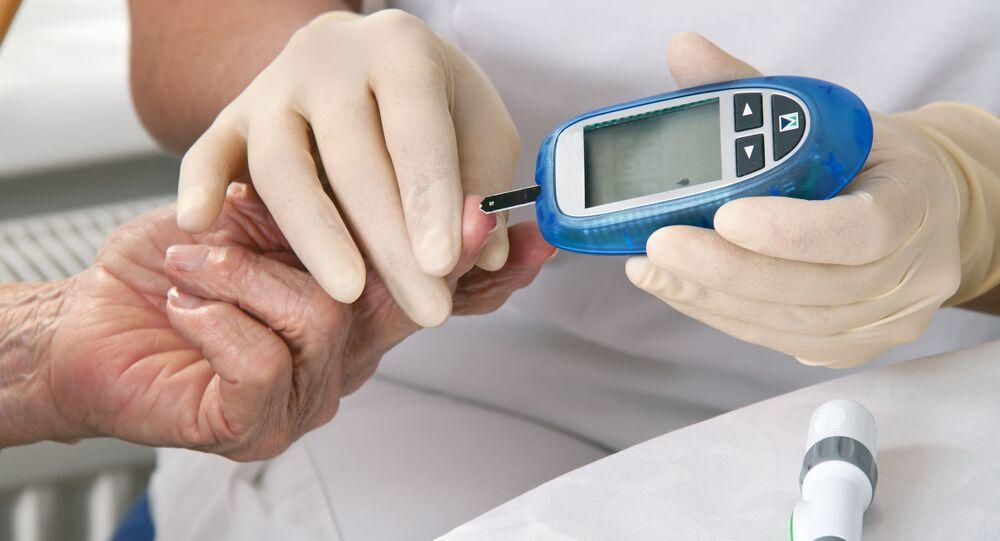 Lekarz mierzy poziom cukru we krwi