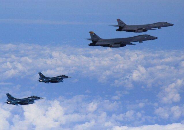 Lot pokazowy samolotów bombowych B-1B sił powietrznych USA w towarzystwie F-16 nad terytorium Korei Południowej