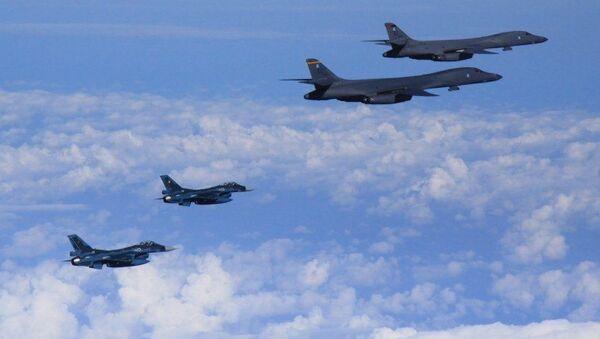 Lot pokazowy samolotów bombowych B-1B sił powietrznych USA w towarzystwie F-16 nad terytorium Korei Południowej - Sputnik Polska