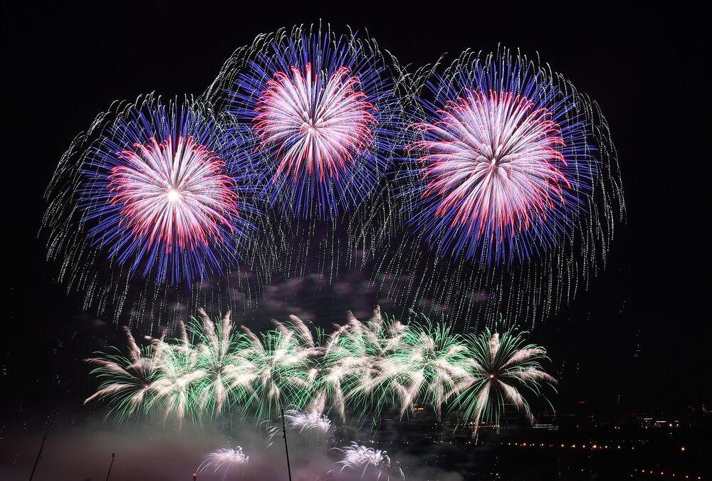 """Sztuczne ognie z okazji otwarcia międzynarodowego festiwalu """"Krąg światła"""" w rosyjskiej stolicy"""