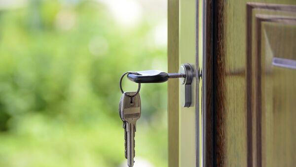 Ключи в замке входной двери, архивное фото - Sputnik Polska