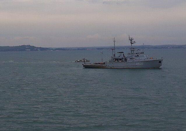 Okręty Marynarki Wojennej Ukrainy po przejściu pod łukami Mostu Krymskiego