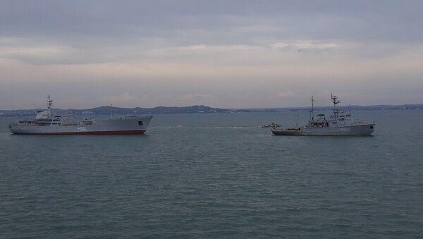 Okręty Marynarki Wojennej Ukrainy po przejściu pod łukami Mostu Krymskiego - Sputnik Polska