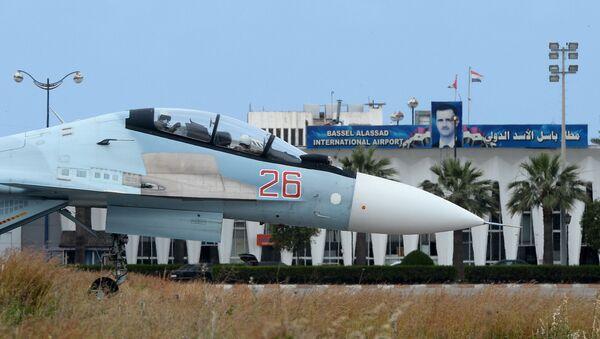 """Rosyjski samolot Su-30 na pasie startowym w bazie lotniczej """"Hmeimim"""" w Syrii - Sputnik Polska"""