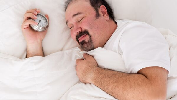 Śpiący mężczyzna z budzikiem - Sputnik Polska