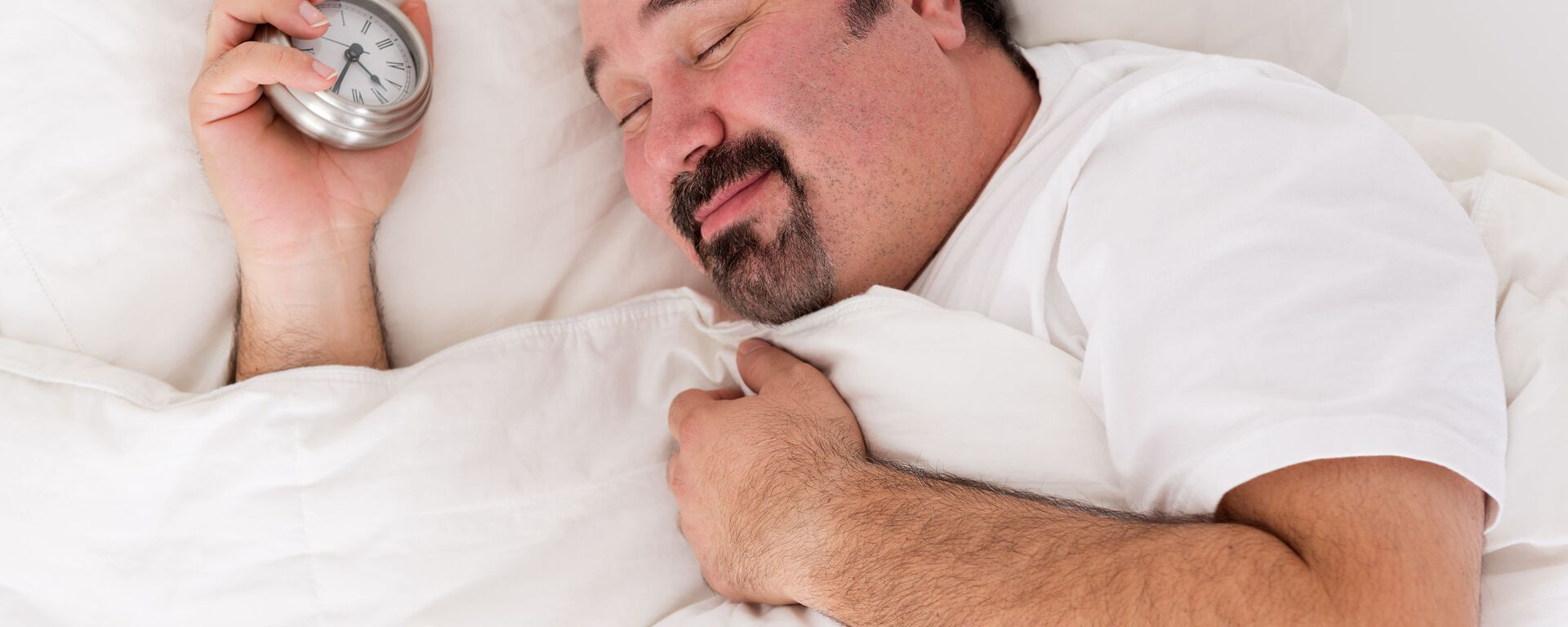 Śpiący mężczyzna z budzikiem - Sputnik Polska, 1920, 01.08.2021