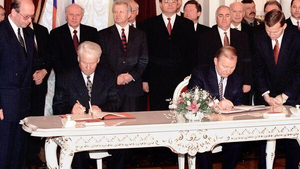 Prezydent Rosji Boris Jelcyn i prezydent Ukrainy Leonid Kuczma podczas podpisania układu o przyjaźni, współpracy i partnerstwie między Rosją i Ukrainą w ramach oficjalnej wizyty Borisa Jelcyna w Kijowie - Sputnik Polska