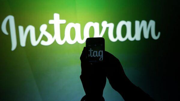 A journalist makes a video of the Instagram logo - Sputnik Polska