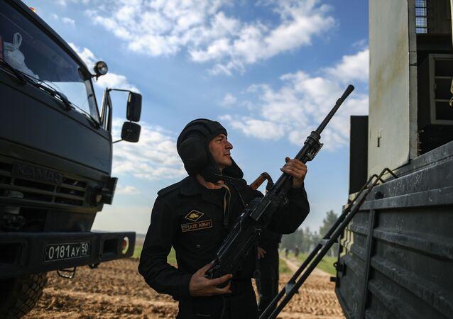 Azerbejdżański żołnierz na biathlonie czołgowym w Alabino
