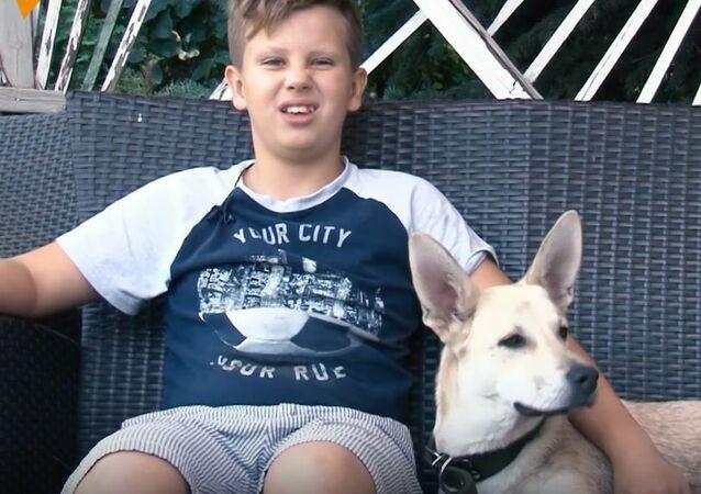 Chłopczyk poszedł do pracy, aby uratować od głodu chorego psa