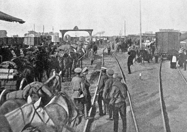 Żołnierze rosyjskiej armii rozładowują wagony z żywnością i pociskami na stacji kolejowej w Warszawie