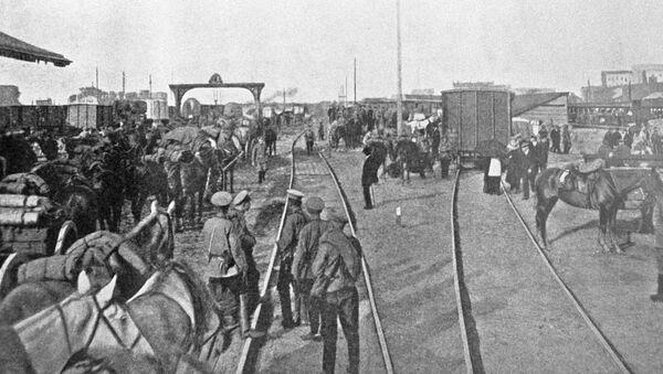 Żołnierze rosyjskiej armii rozładowują wagony z żywnością i pociskami na stacji kolejowej w Warszawie - Sputnik Polska