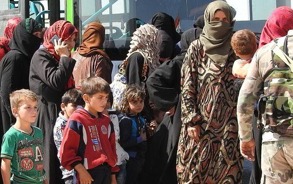Syryjskie rodziny ewakuują się z Idlibu - Sputnik Polska