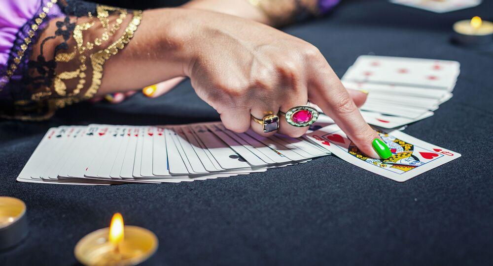 Wróżka rozkłada karty tarota