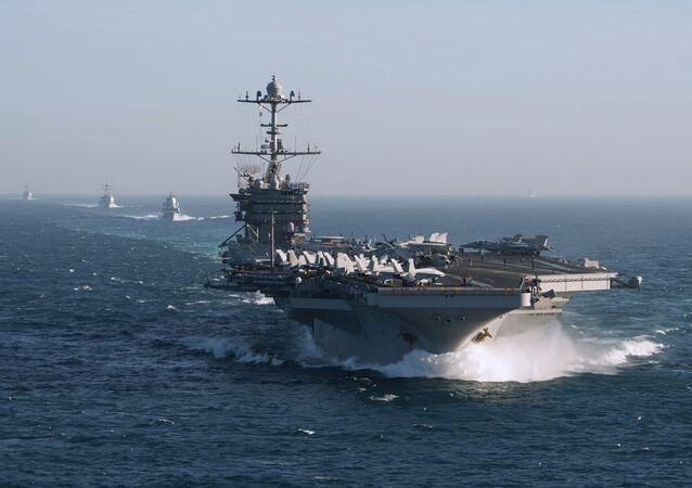 Grupa lotniskowa Marynarki Wojennej USA z lotniskowcem Harry Truman na czele. Zdjęcie archiwalne