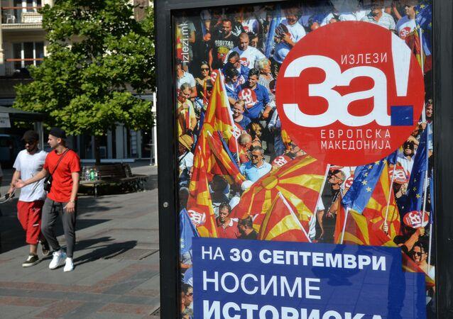 Plakat wzywający do głosowania w referendum na ulicy miasta Skopje w dniu referendum