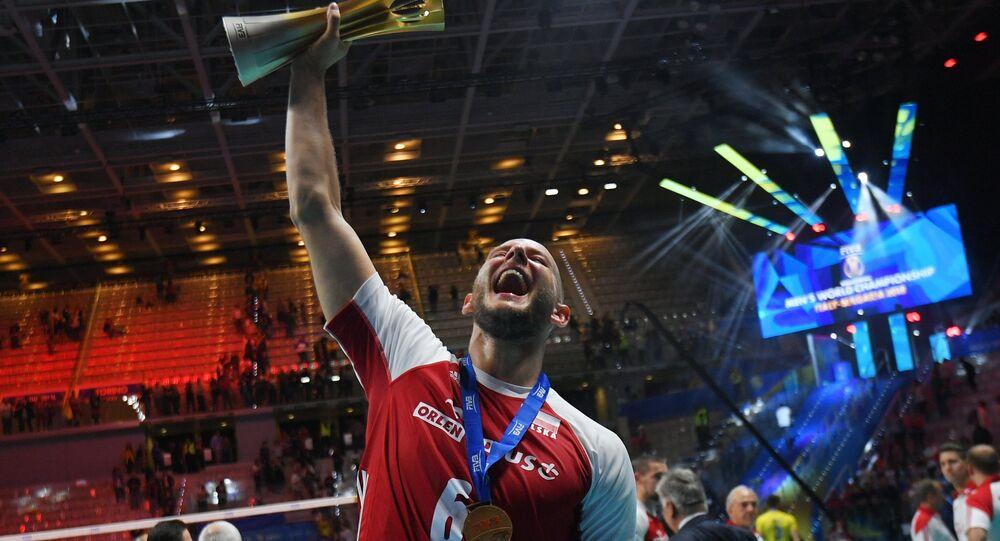 Bartosz Kurek z pucharem za zdobycie Mistrzostwa Świata w Siatkówce 2018
