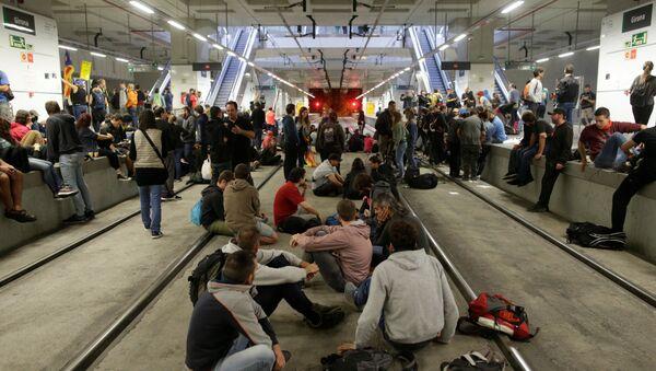 Tory kolejowe na dworcu w Geronie zablokowane przez zwolenników niepodległości Katalonii w rocznicę referendum niepodległościowego - Sputnik Polska