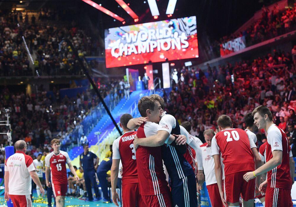 Polska reprezentcja po zwycięskim meczu finałowym MŚ w siatkówce 2018