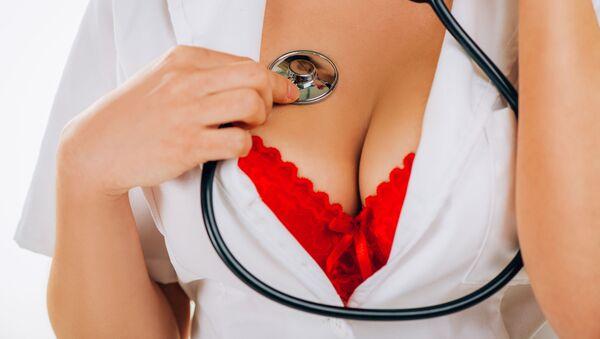 Seksowna pielęgniarka w czerwonym biustonoszu ze słuchawkami - Sputnik Polska