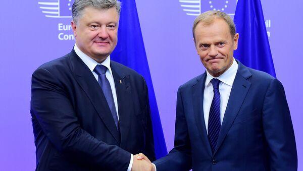 Prezydent Ukrainy Petro Poroszenko i szef Rady Europejskiej Donald Tusk na spotkaniu w Brukseli - Sputnik Polska