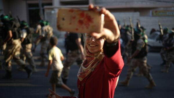 Palestynka robi selfie podczas defilady Hamas - Sputnik Polska