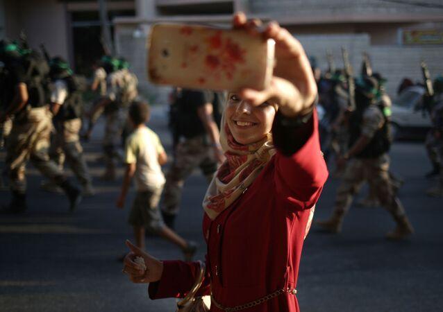 Palestynka robi selfie podczas defilady Hamas