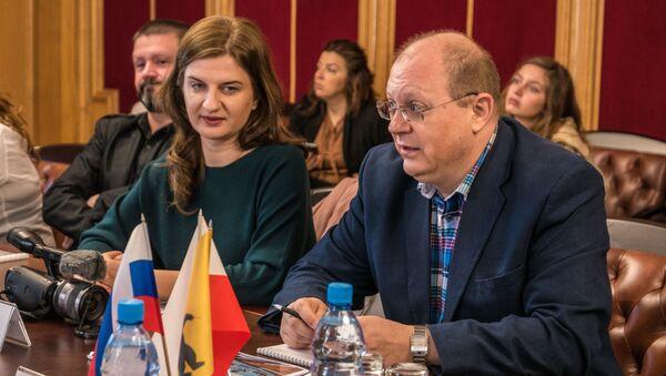 Polska publicystka Agnieszka Piwar i rosyjski dziennikarz Leonid Swiridow.  Rosja, Jarosław, wrzesień 2018.  - Sputnik Polska