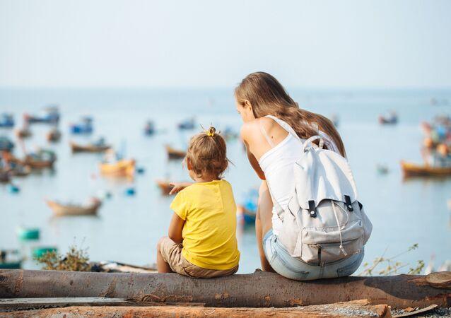 Mama z dzieckiem nad morzem