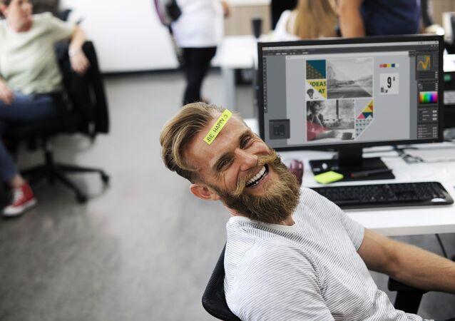 Szczęśliwy pracownik biurowy