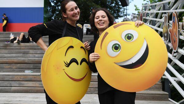 Uczestnicy Światowego Dnia Emoji w parku Gorkiego w Moskwie - Sputnik Polska