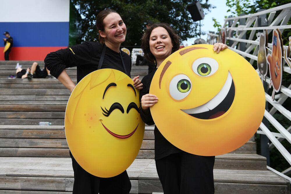 Uczestnicy Światowego Dnia Emoji w parku Gorkiego w Moskwie