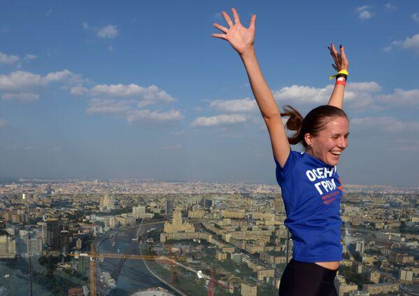 Uczestniczka maratonu cieszy się zwycięstwem na dachu wieżowca - Sputnik Polska