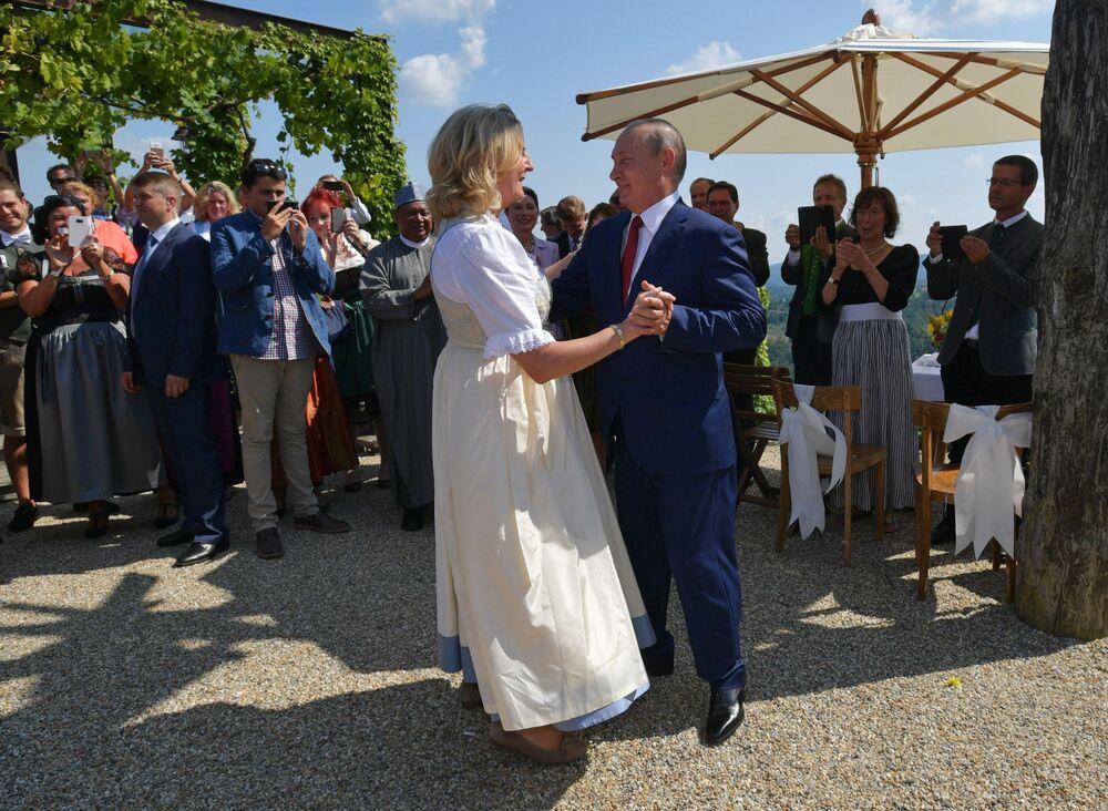 Władimir Putin na weselu szefowej austriackiego MSZ Karin Kneissl