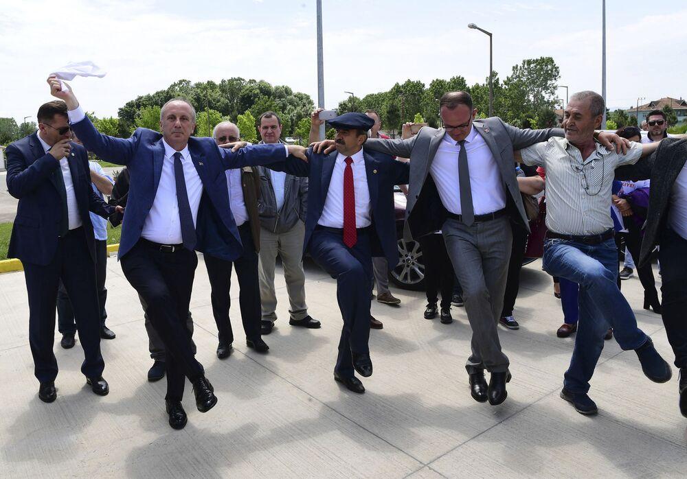 Kandydata na prezydenta Turcji Muharrem İnce tańczy ze zwolennikami