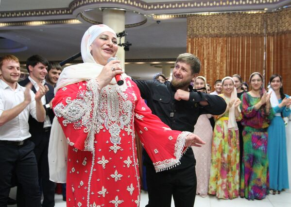 Przywódca Czeczenii Ramzan Kadyrow ze śpiewaczką Makką Mejievą - Sputnik Polska